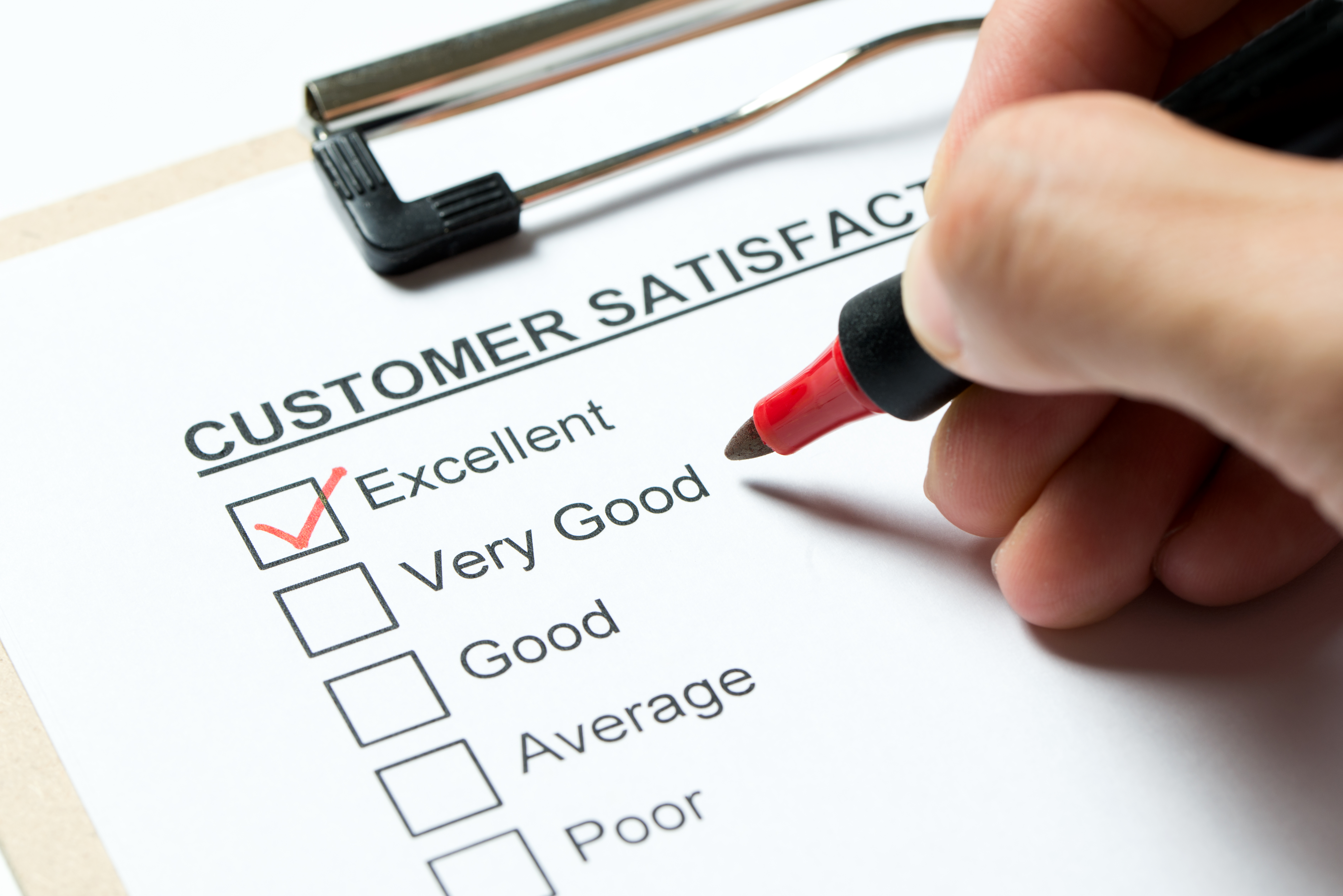 Questions fermées. Customer satisfaction survey form on clipboard with red pen