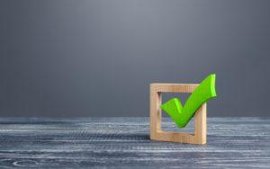 Crochet vert dans une boîte qui signifie une marque, pour benchmarking