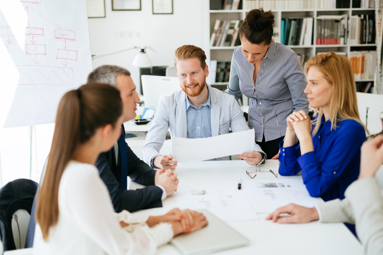 Présentation et collaboration par des gnes d'affaires dans un bureau