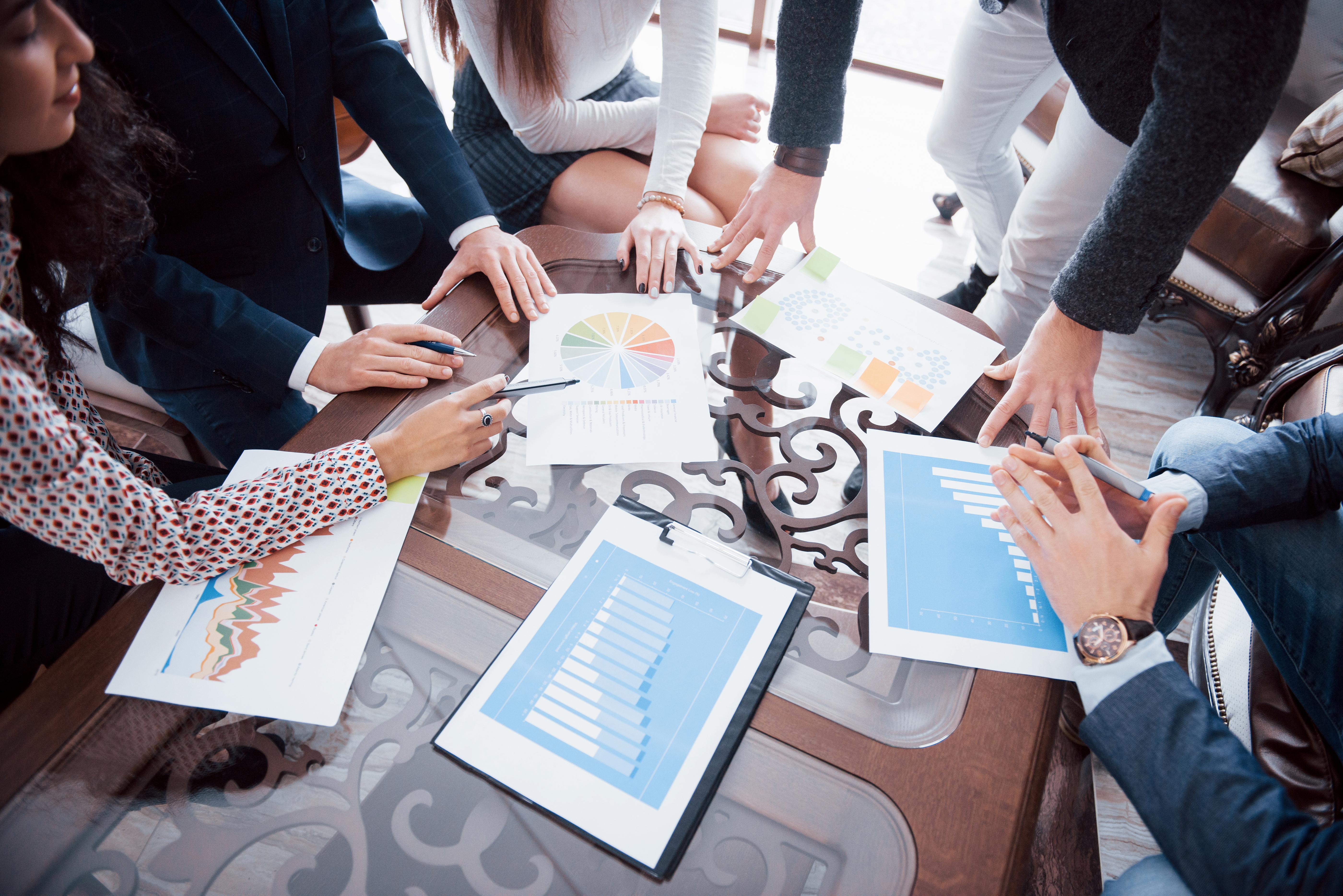 Équipe de recherche marketing en brainstorm